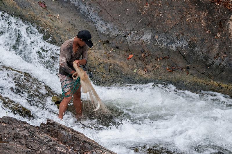 рыбалка кастинговой сетью на реке